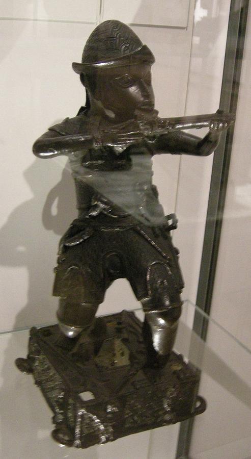 Benin-nigeria,_figura_di_un_soldato_portoghese,_18mo_secolo.JPG