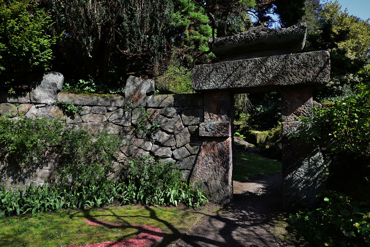 Biddulph_Grange_The_entrance_arch_to_the_Chinese_Garden_from_that_garden.JPG