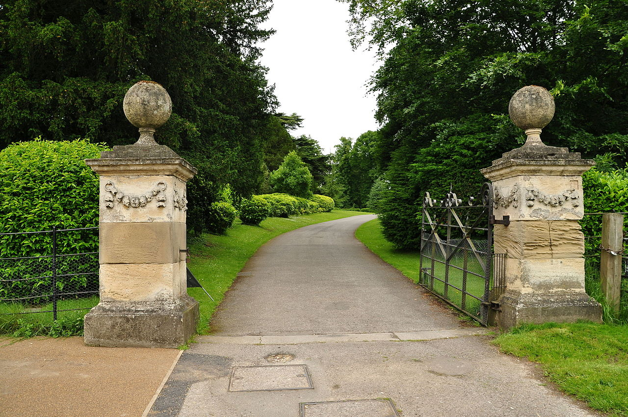 Brodsworth_Hall_gates_(9018).jpg
