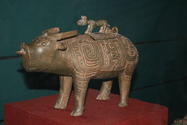 Bronze_tiger_on_top_of_water_buffalo,_Zhou_Dynasty.JPG