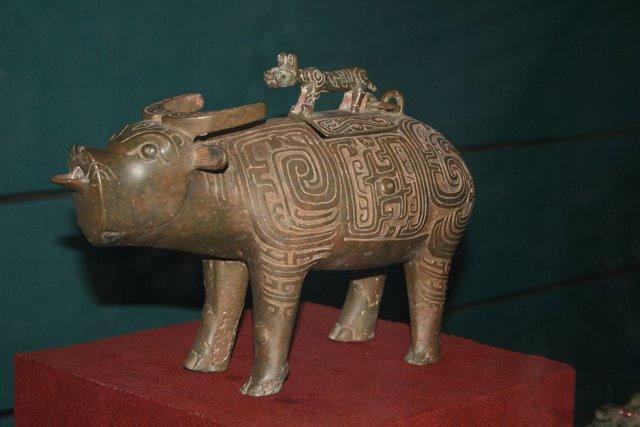 Bronze_tiger_on_top_of_water_buffalo,_Zhou_Dynasty.JPG