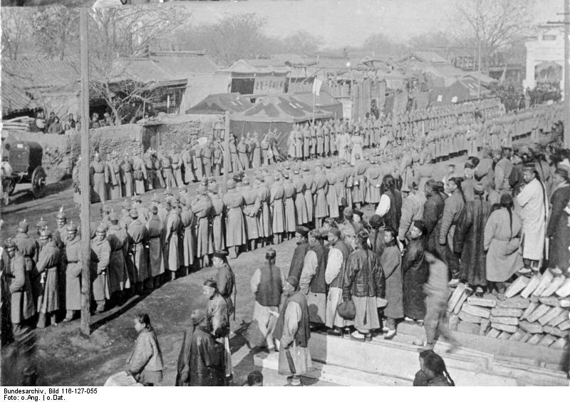 Bundesarchiv_Bild_116-127-055,_China,_Tsingtau-Soldaten.jpg