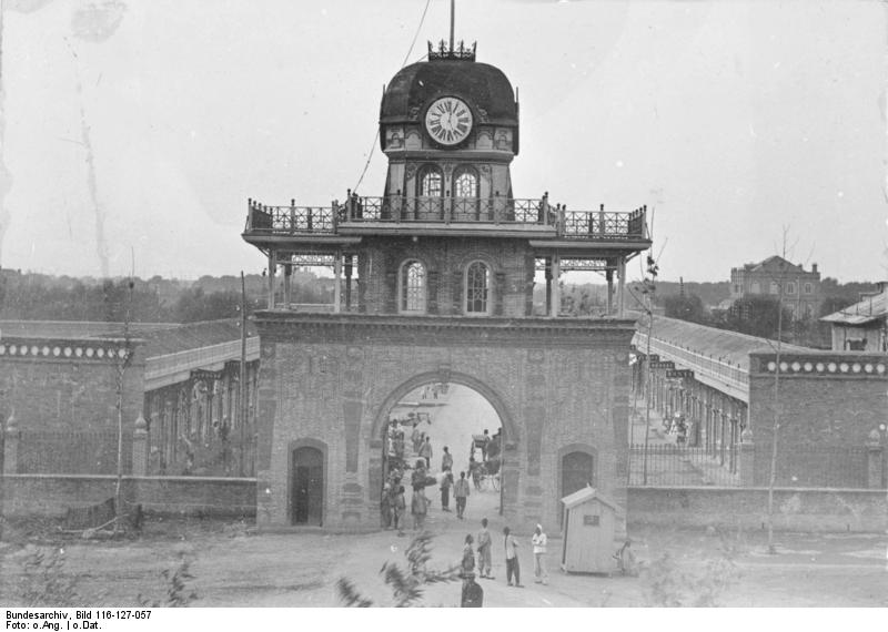 Bundesarchiv_Bild_116-127-057,_China,_Tsingtau-Tor.jpg