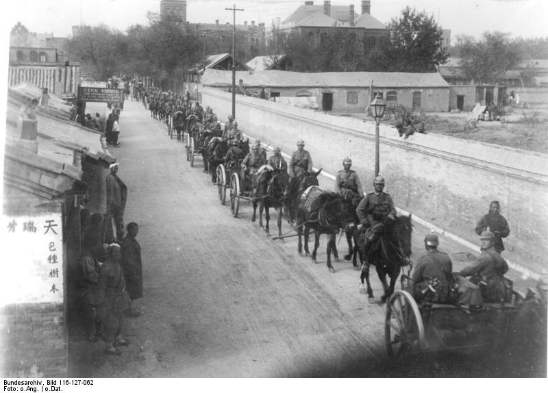 Bundesarchiv_Bild_116-127-062,_China,_Tsingtau-Pferdekolonne.jpg