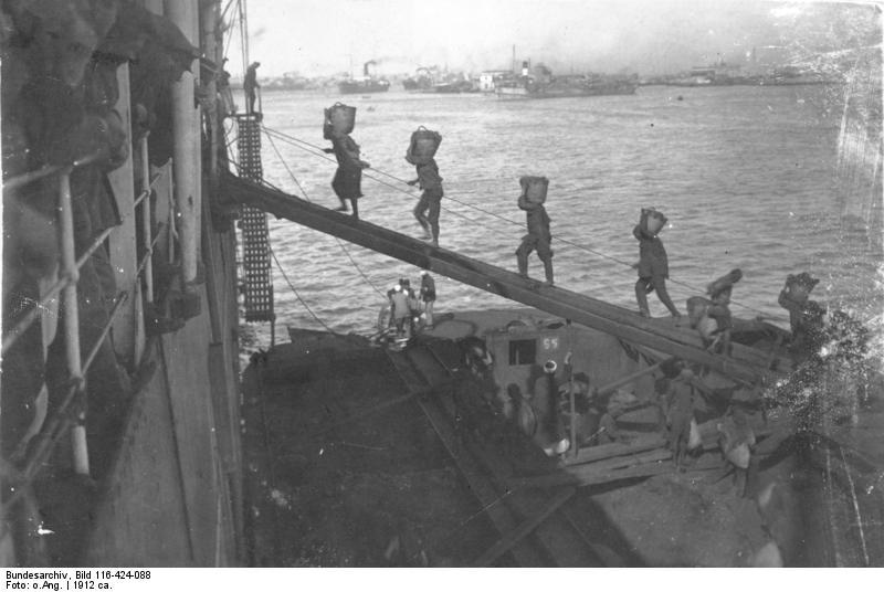 Bundesarchiv_Bild_116-424-088,_Tsingtau_(-).-_Hafen,_beladen_eines_Schiffes.jpg