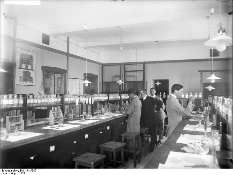 Bundesarchiv_Bild_134-A385,_Tsingtau,_Chem._Labor_der_Hochschule.jpg