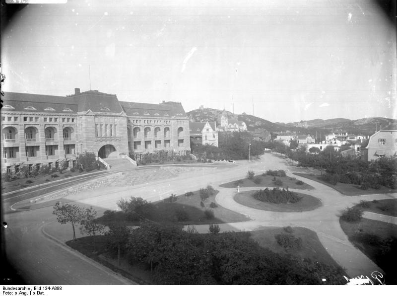 Bundesarchiv_Bild_134-A388,_Tsingtau,_Sitz_des_Couverneurs.jpg