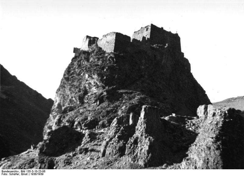 Bundesarchiv_Bild_135-S-10-23-06,_Tibetexpedition,_Gobschi,_Burg.jpg