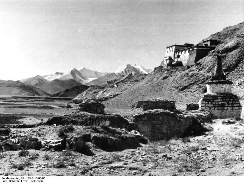 Bundesarchiv_Bild_135-S-13-03-05,_Tibetexpedition,_Landschaftsaufnahme,_Chörten.jpg