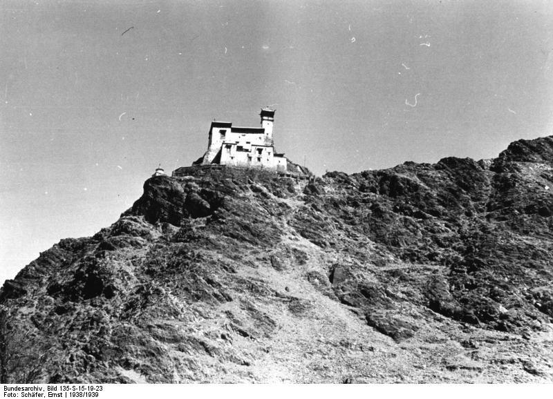 Bundesarchiv_Bild_135-S-15-19-23,_Tibetexpedition,_Blick_auf_Kloster_(Yumbu_Lagang).jpg