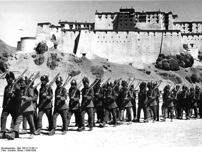 Bundesarchiv_Bild_135-S-17-09-11,_Tibetexpedition,_Shigatse,_Truppenparade.jpg