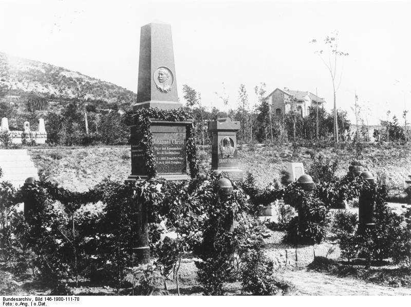 Bundesarchiv_Bild_146-1980-111-78,_China,_Tsingtau,_Grabstätten-Denkmal.jpg