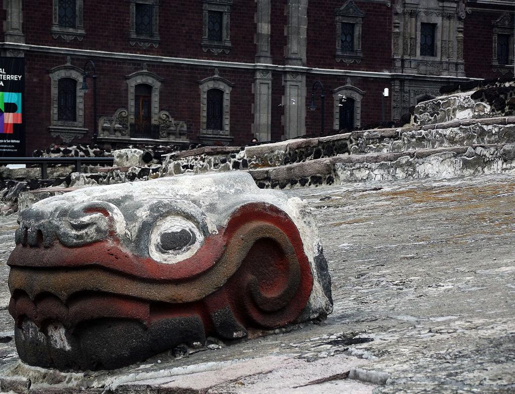 Cabeza_de_Quetzalcoatl_en_Templo_Mayor.JPG