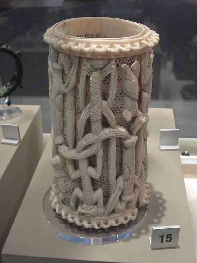 Carved_ivory_armlet_(Yoruba,_Owo,_Nigeria),_World_Museum_Liverpool_(1).JPG