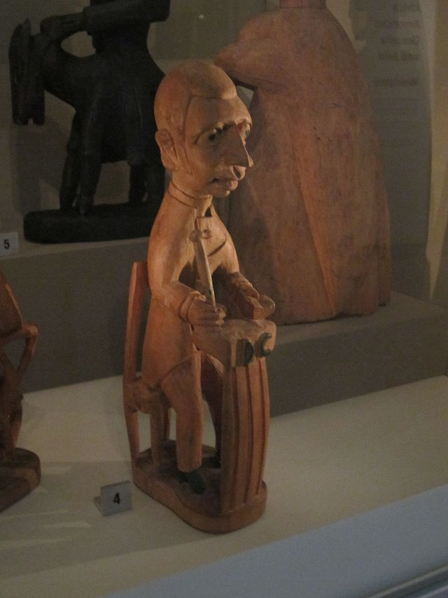 Carving_of_European_figure_(Yoruba,_Ijebu,_Nigeria),_World_Museum_Liverpool_(2).JPG