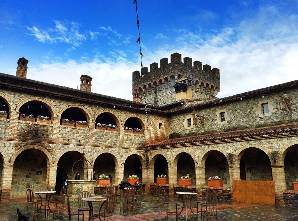 Castello-di-Amorosa-courtyard-2015.jpg