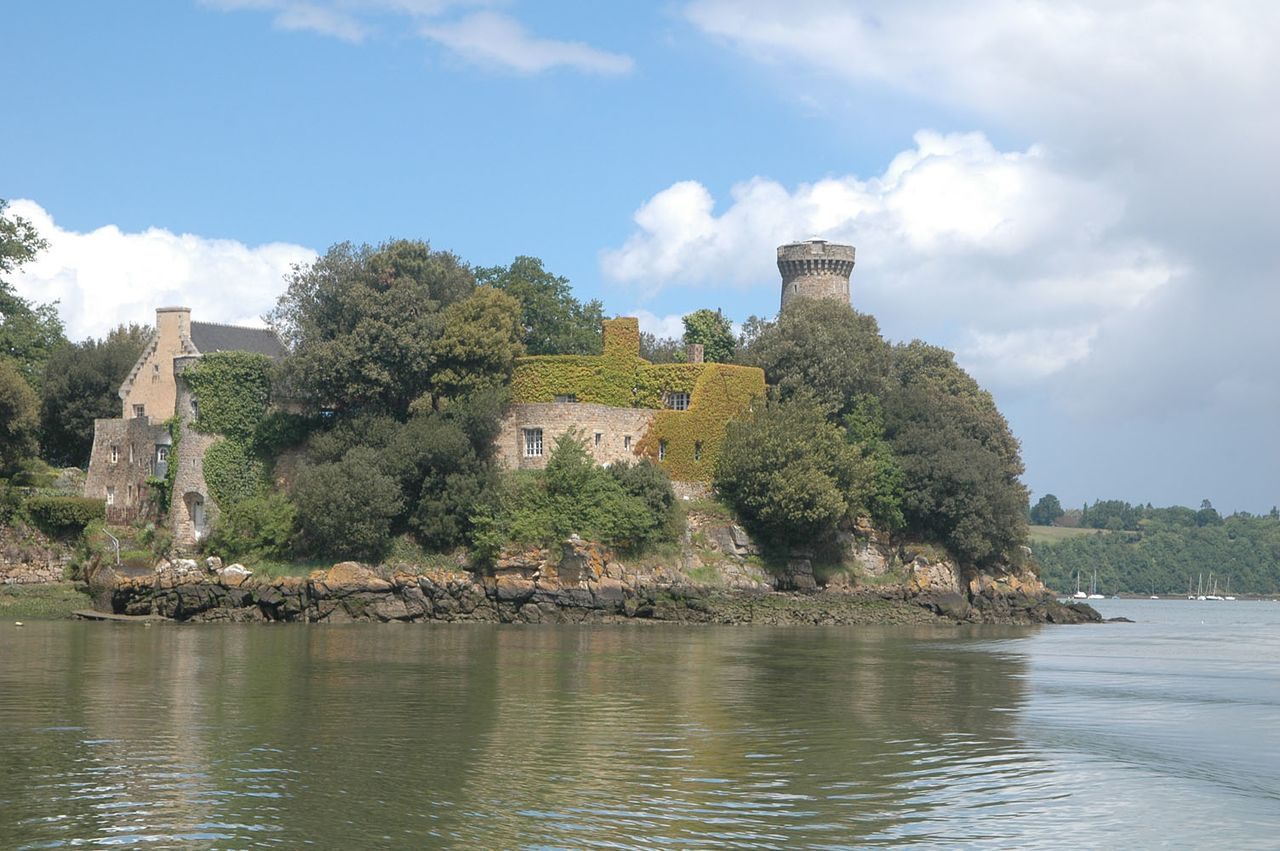 Castle_on_the_Rance,_Brittany,_France_-_panoramio.jpg