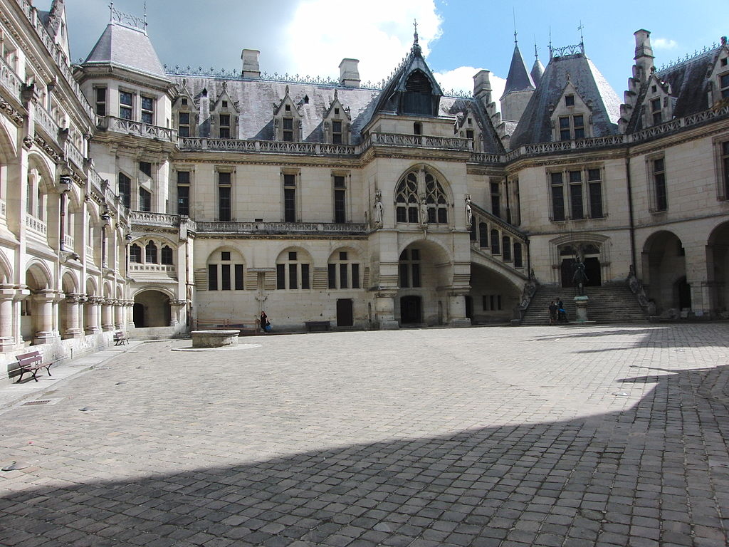 Château_de_Pierrefonds,_beffroi_et_Cour_d'honneur.jpg