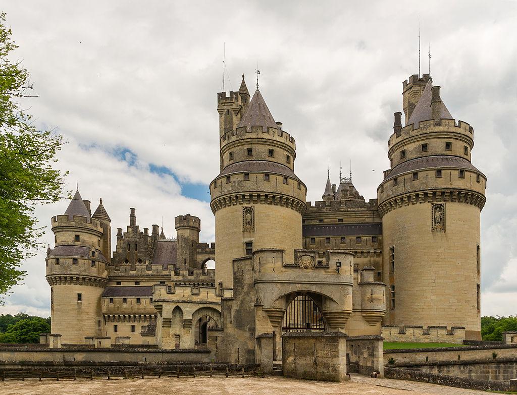 Château_de_Pierrefonds_exterior_Oise.jpg