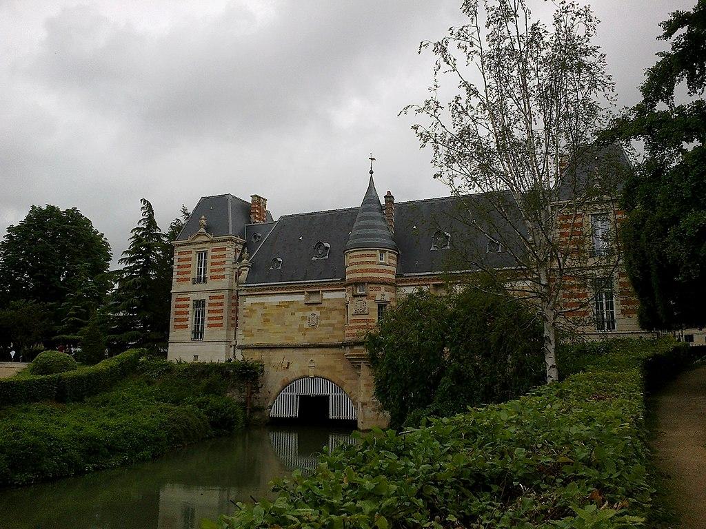 Chalons-En-Champagne_Le_Petit_Jard_Le_Nau_Chateau_Du_Marche_21062016_-_panoramio.jpg