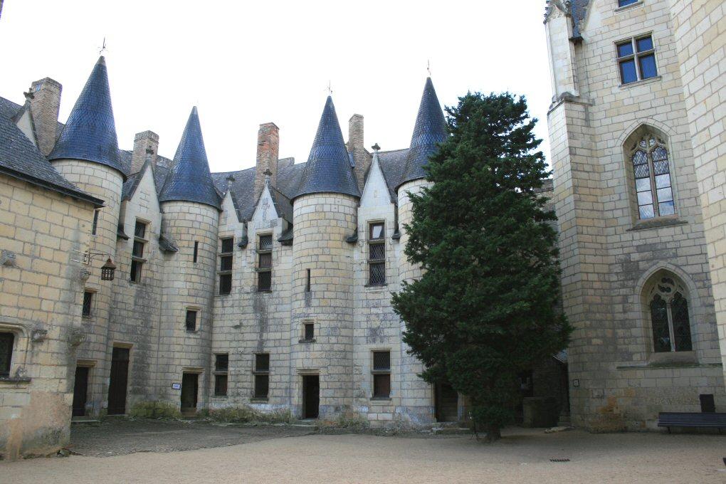 chateau-de-montreuil-bellay_p.JPG