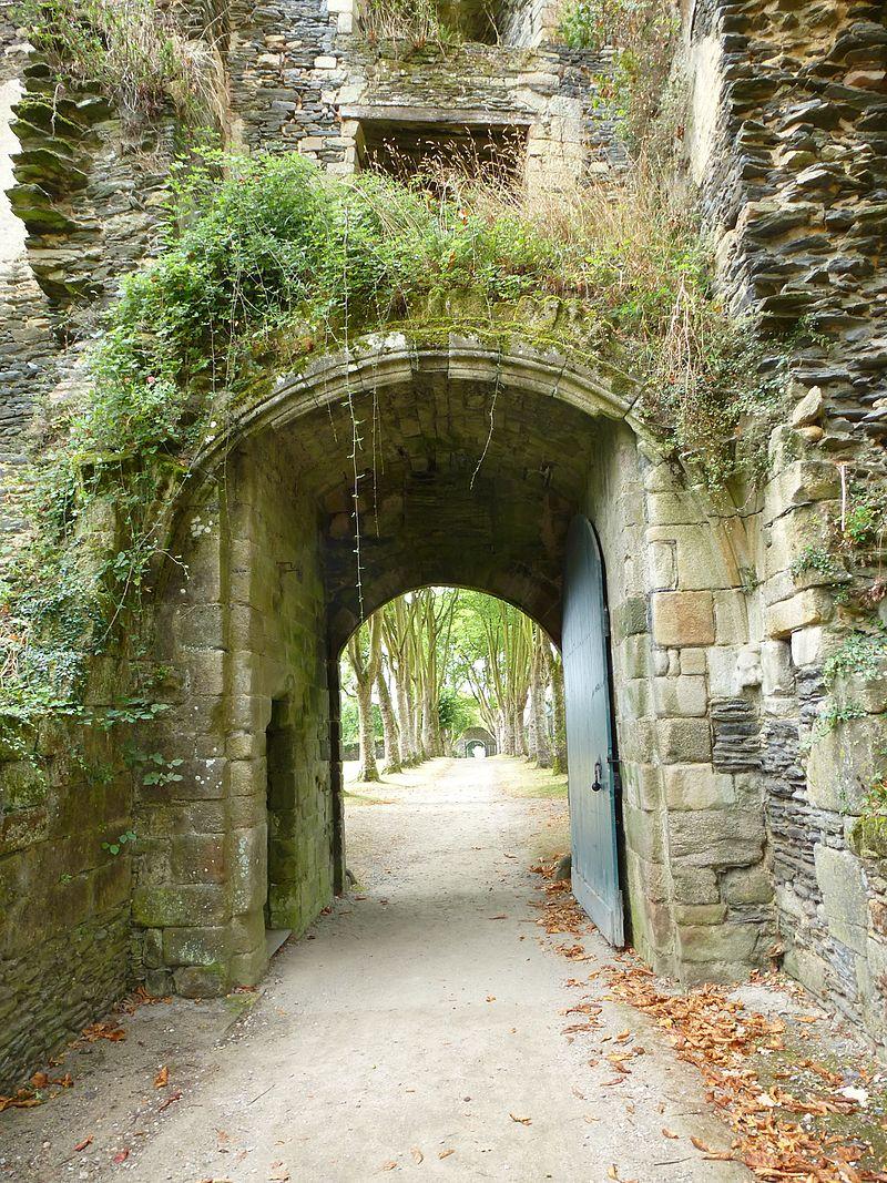 Chateau_de_rochefort-en-terre_-_panoramio_(6).jpg