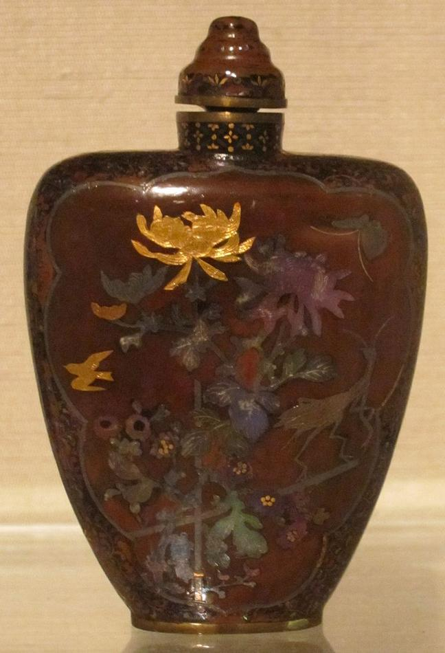 Chinese_snuff_bottle,_Qing_dynasty,_19th_century,_shell_and_lacquer,_Honolulu_Academy_of_Arts.JPG