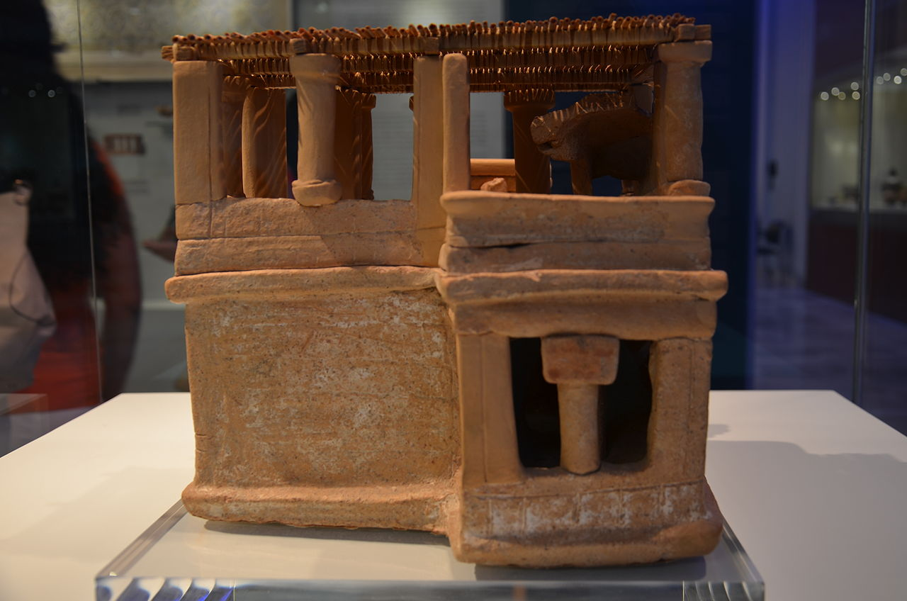 Clay_model_of_a_house_from_Acharnes_2.JPG