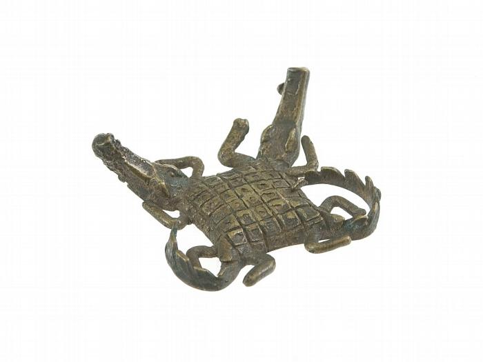 COLLECTIE_TROPENMUSEUM_Geelkoperen_goudgewicht_in_de_vorm_van_twee_krokodillen_TMnr_1322-339.jpg