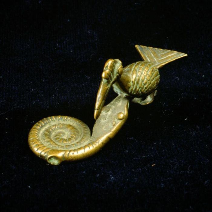 COLLECTIE_TROPENMUSEUM_Koperen_goudgewicht_in_de_vorm_van_een_vogel_en_slang_TMnr_3112-18.jpg