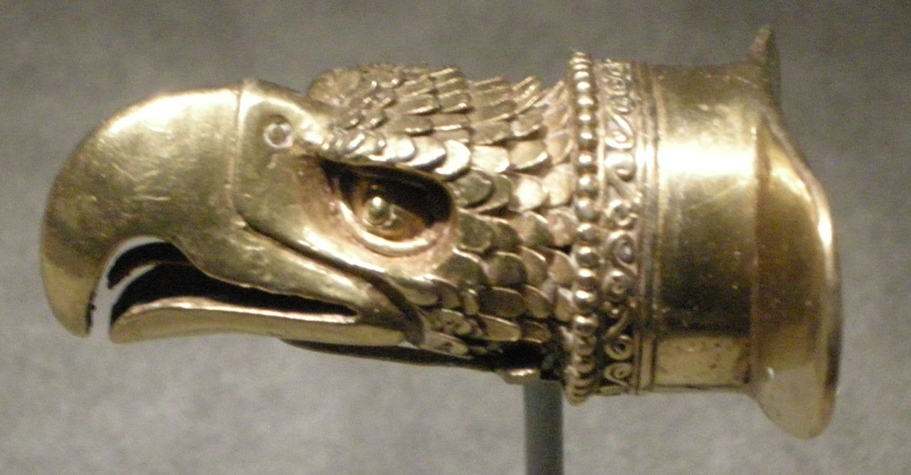 Cultura_mixteca-azteca,_ornamento_labiale_a_forma_di_testa_d\'aquila_in_oro,_1200-1521_ca..JPG