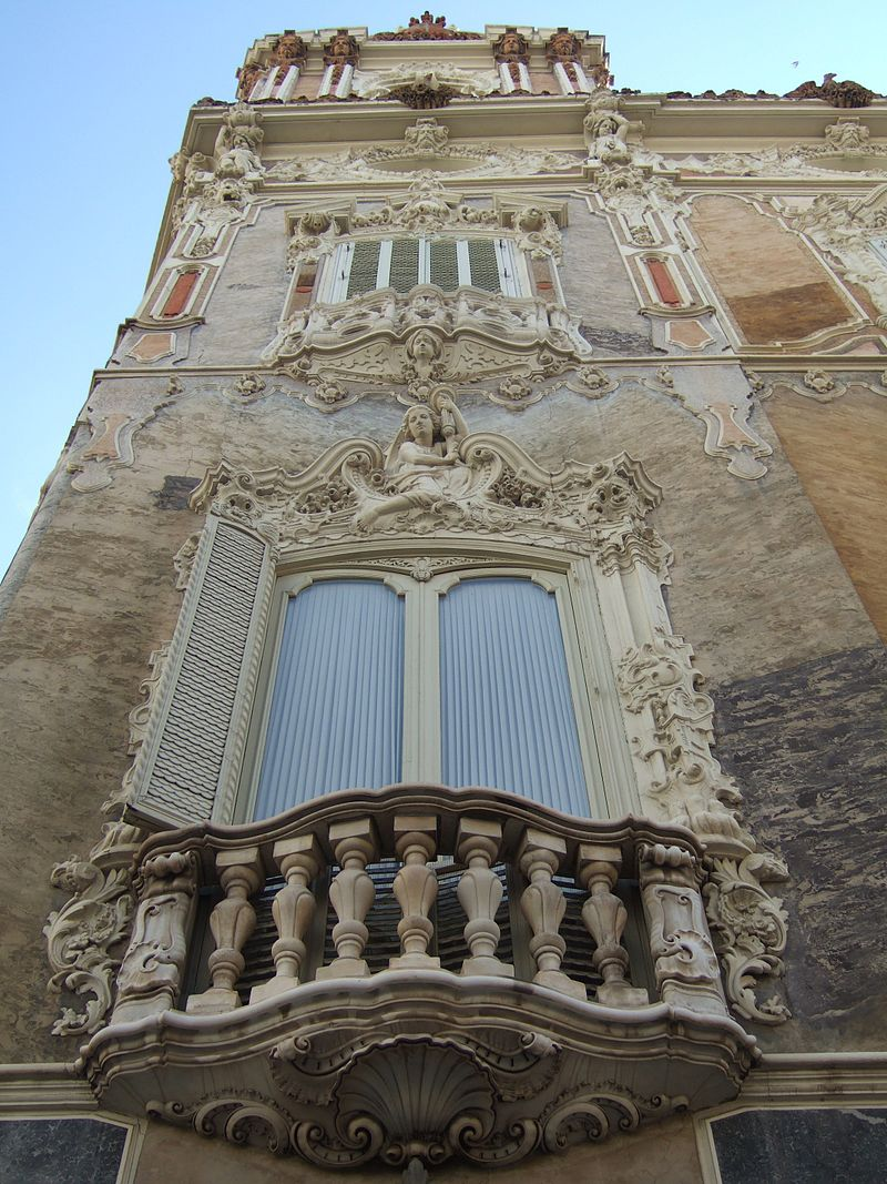 Detall_de_la_façana_del_palau_del_marquès_de_Dosaigües.jpg