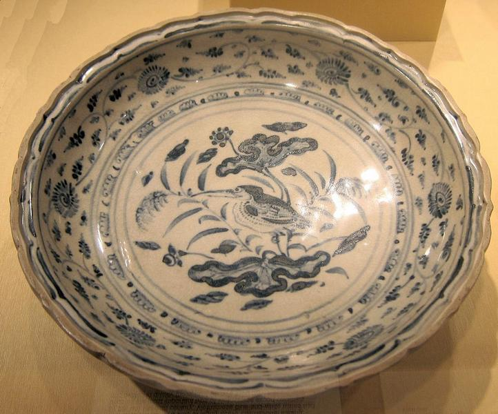 Dish_with_a_long-beaked_flycatcher_among_lotus_from_Vietnam,_Annam,_15th_century,_HAA.JPG
