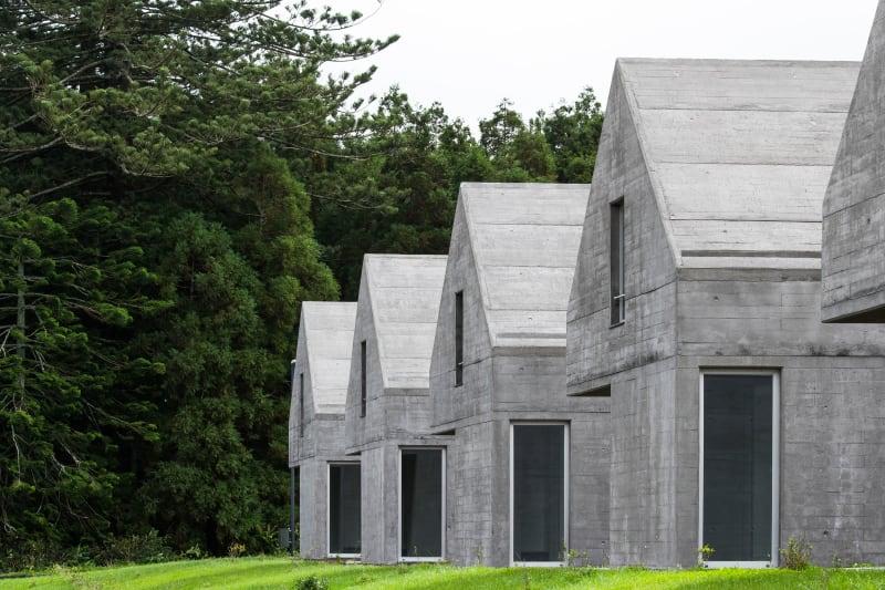 eduardo-souto-de-moura-adriano-pimenta-arquitetos-joao-morgado-casas-das-sete-cidades.jpg