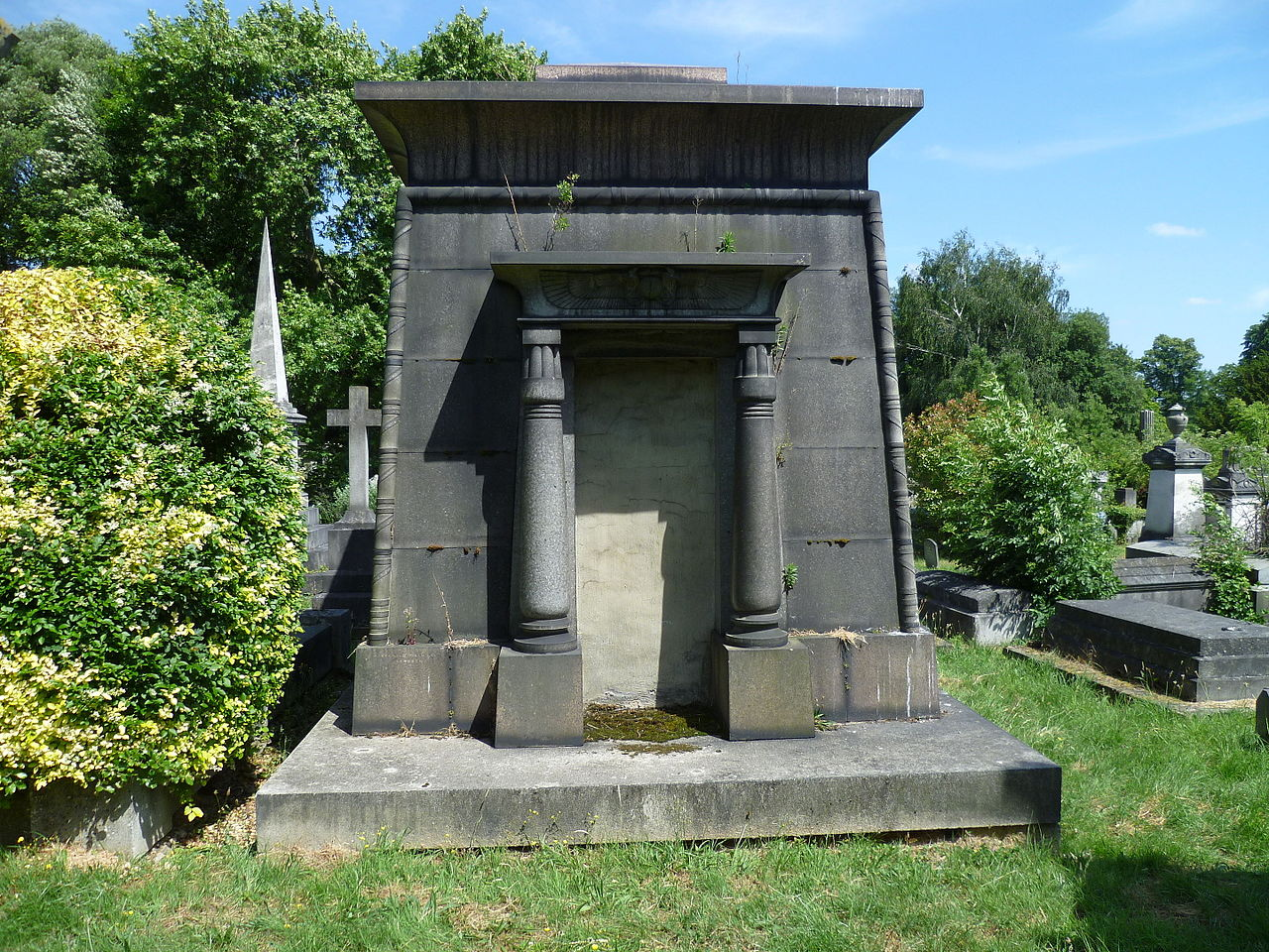 Egyptian_style_mausoleum_-_Kensal_Green_Cemetery.JPG