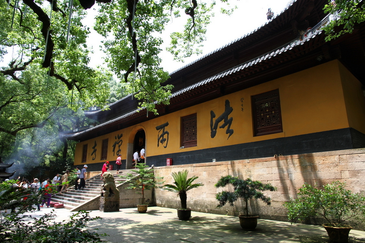 Entrance_hall_of_Fayu_Temple_on_Putuo_Shan_island_in_China.JPG