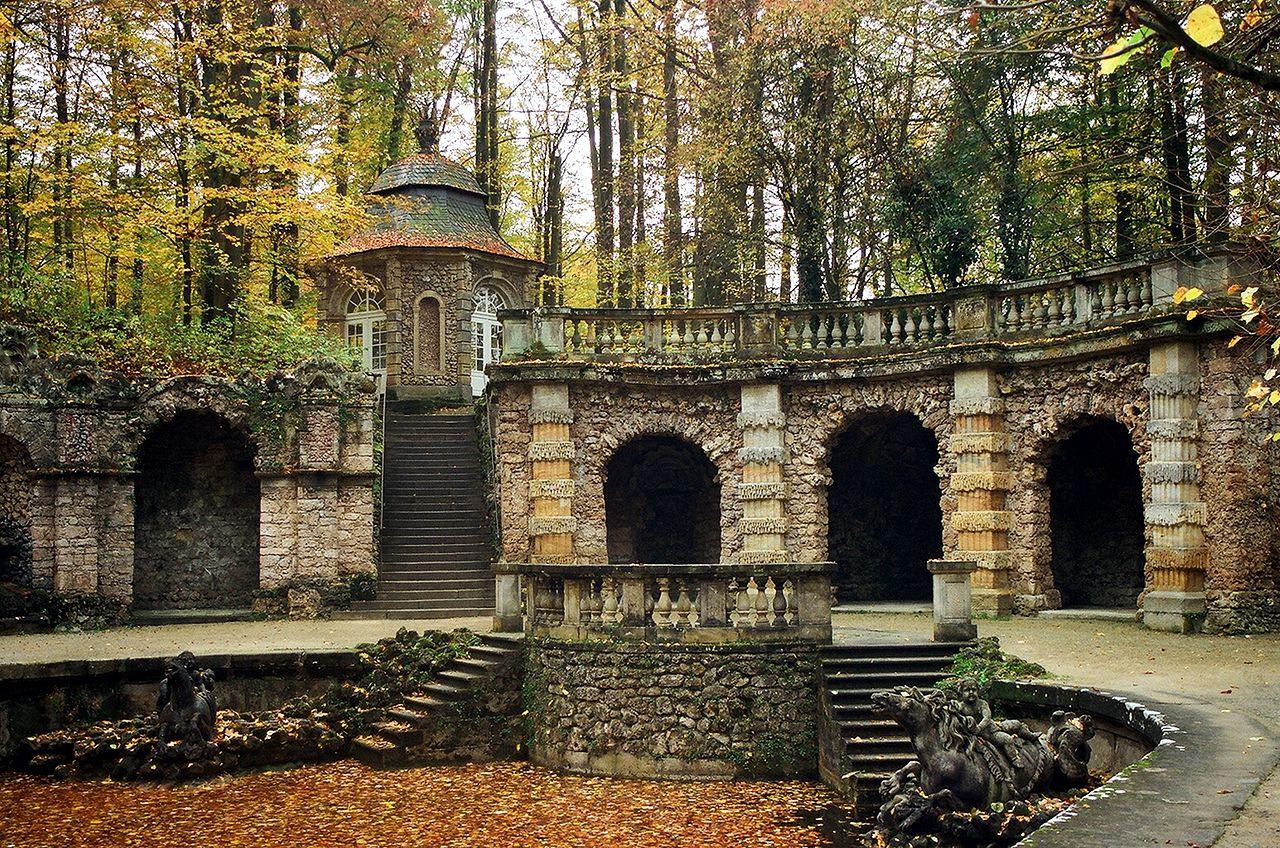 Eremitage_(Bayreuth),_Untere_Grotte_und_Vogelhaus.jpg