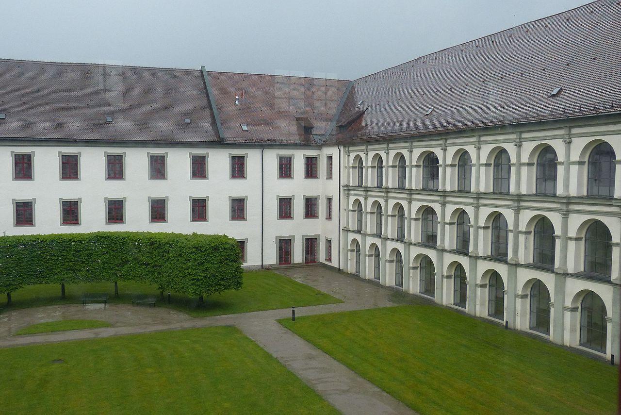 Fürstäbtliche_Residenz_in_Kempten,_Innenhof.jpg
