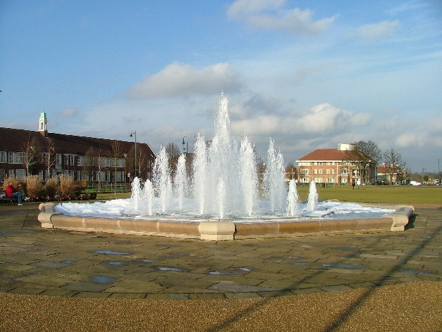 Fountain_in_Broadway_Gardens._-_geograph.org.uk_-_106319.jpg
