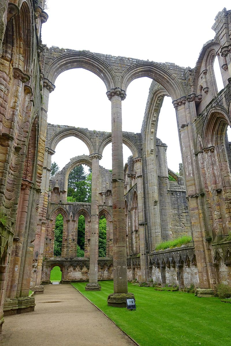 Fountains_Abbey_-_North_Yorkshire,_England_-_DSC00639.jpg