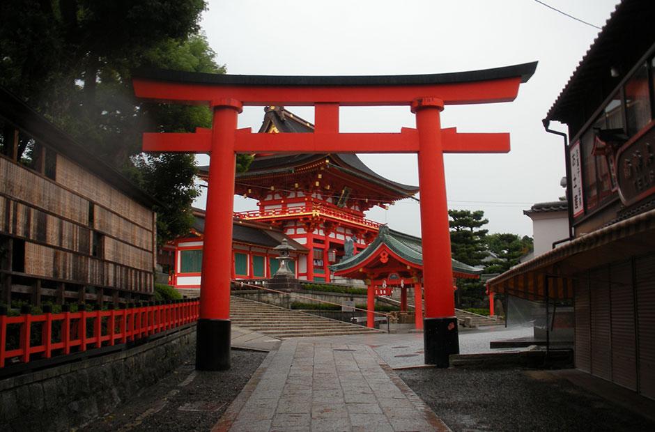 fushimi-inari-shrine-entrance-gate.jpg
