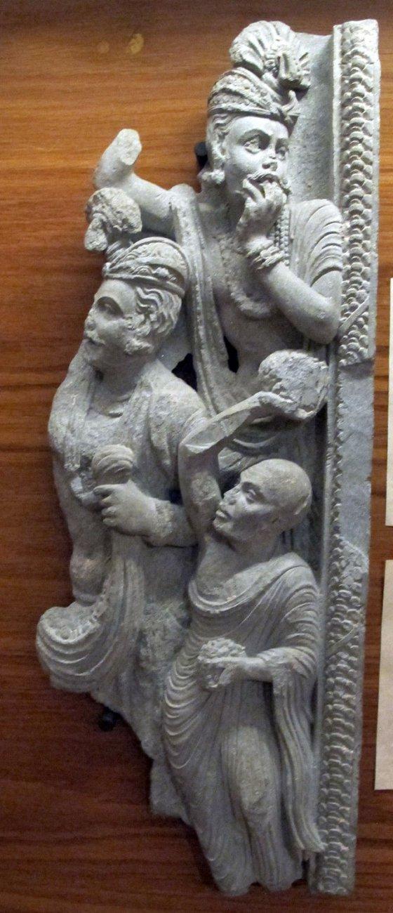Gandhara,_frammento_di_scena_con_omaggio_a_buddha,_01.JPG