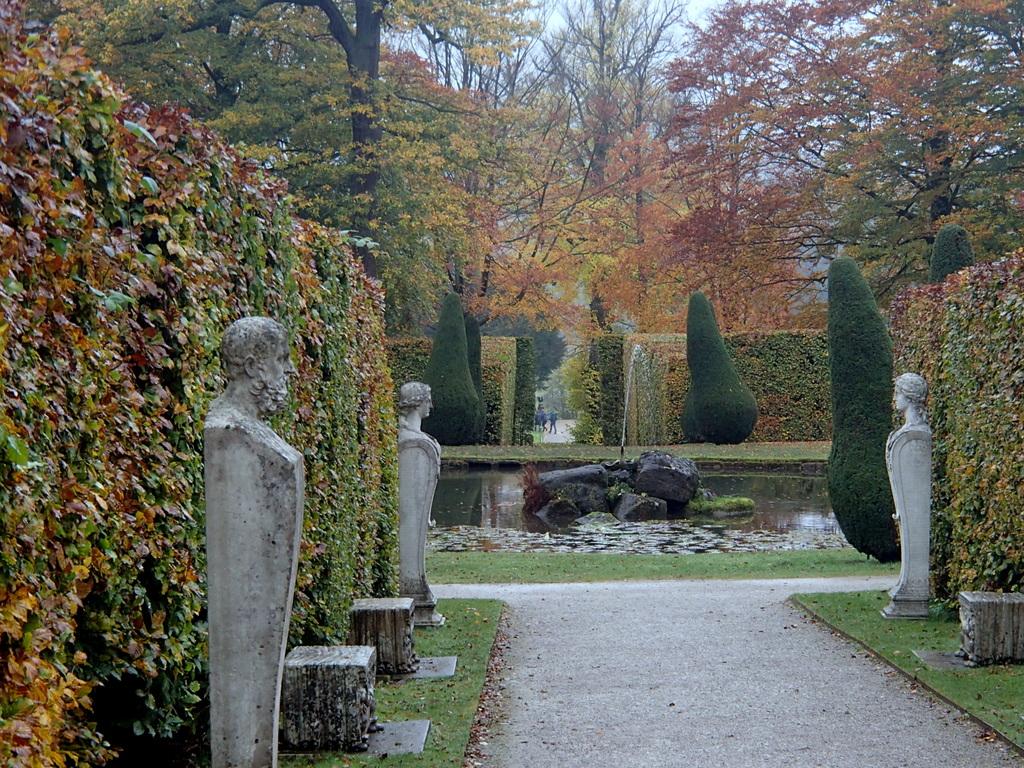 Gardens_at_Chatsworth_(geograph_3193858).jpg