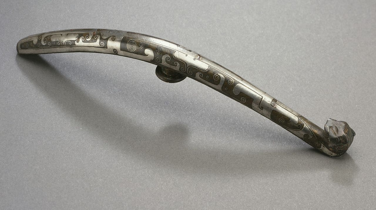 Garment_Hook_(Daigou)_with_Spirals_and_Feline_Head_LACMA_AC1998.251.62.jpg