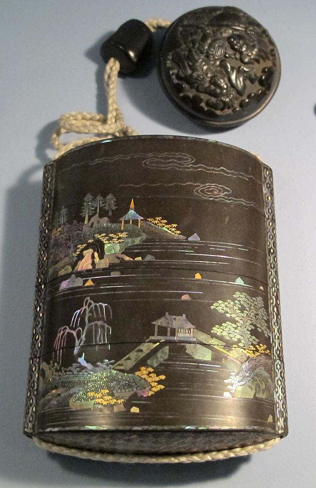 Giappone,_periodo_edo,_portamedicine_laccato_inrou,_XVIII_sec_03.JPG