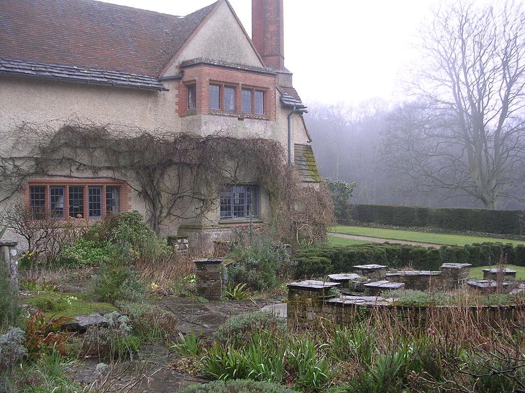 Goddards,_Abinger_Common,_Surrey-1473203814.jpg