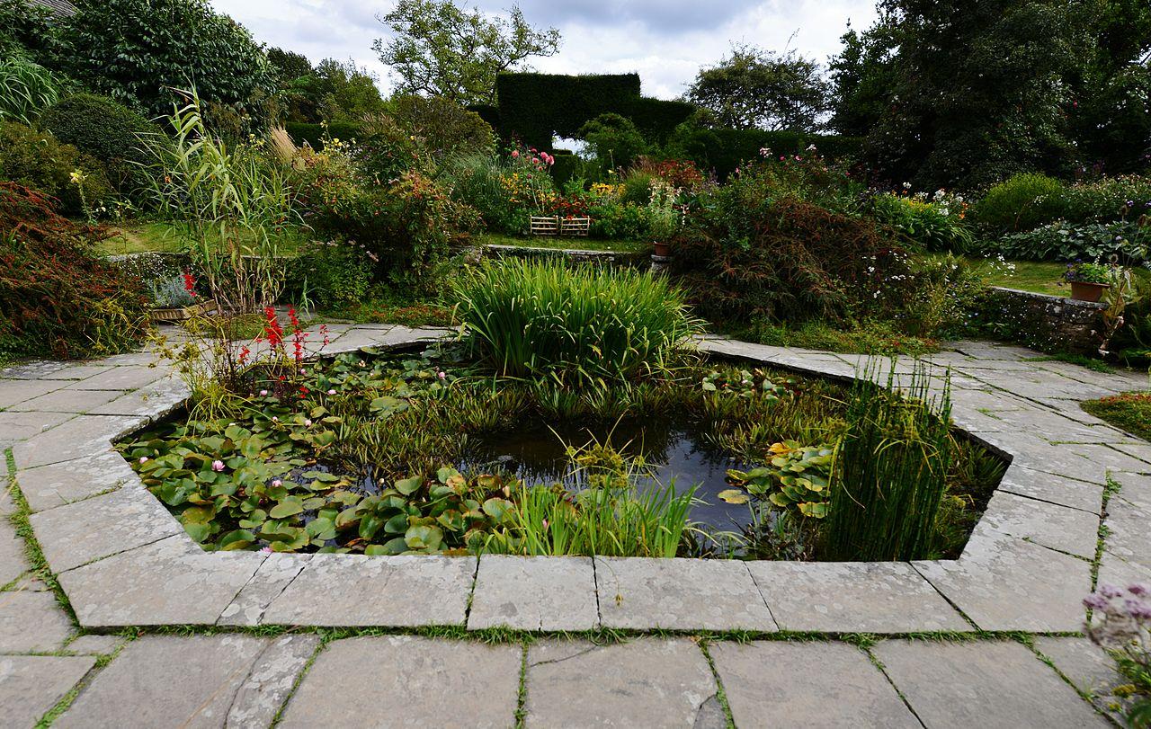 GREAT_DIXTER_GARDEN_The_pond_in_the_sunken_garden.JPG