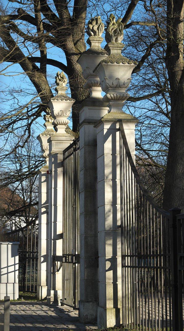 Haimhausen_Schloss_Tor_081.jpg