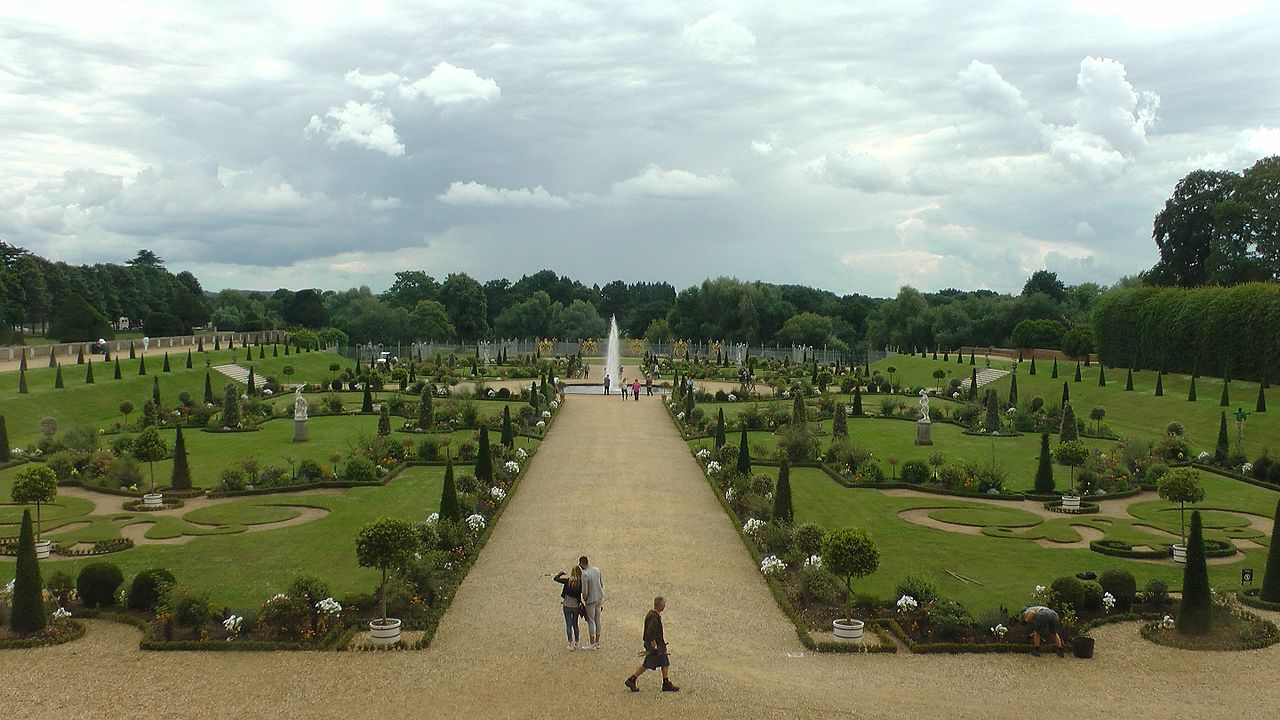 Hampton_Court_Palace_Formal_Garden.jpg