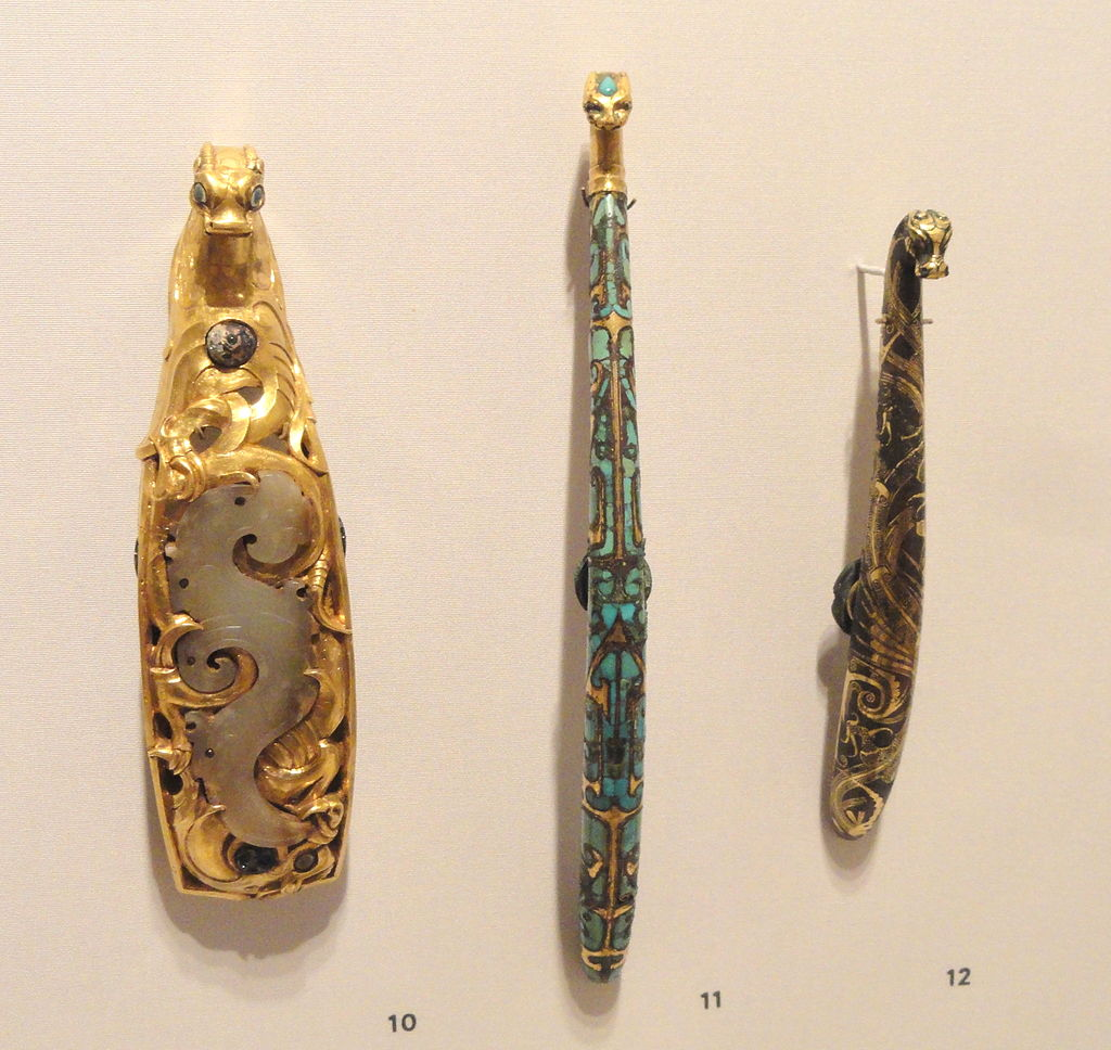 Heavy_Gold_Buckle_and_Two_Gilt_Bronze_Belt_Hooks,_475-221_BC,_Warring_States_Period,_.JPG